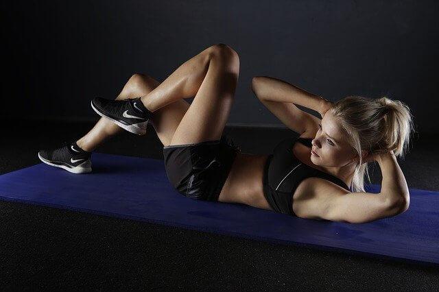 Nainen treenaa